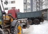 Tallinna kesklinna tänavatelt veetakse ära koormate viisi lund
