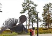 """Tallinna Vanasadama kruiisiterminali väliala hakkab ilmestama Argo Männiku skulptuur """"Laine"""""""