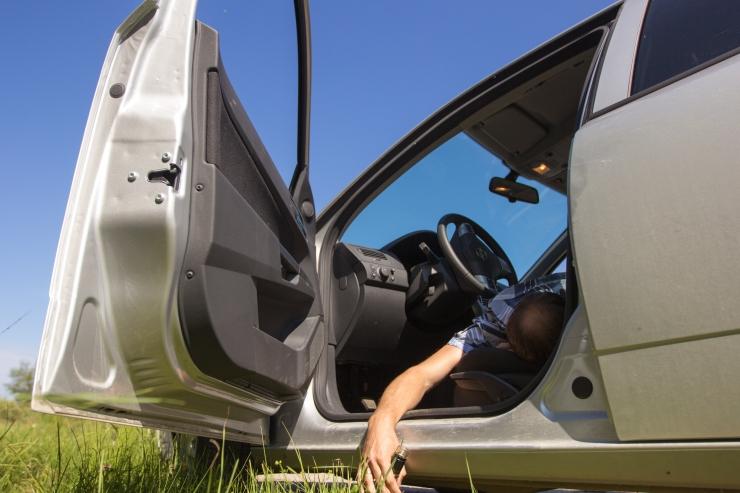 Viljandis ärandas purjus naine poe eest auto