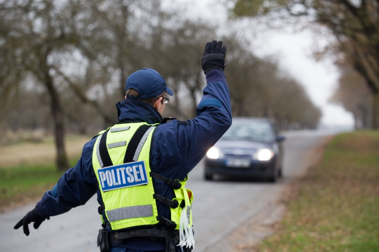 Politseinik nuhkis aasta jooksul kolleegide ja tuttavate järele
