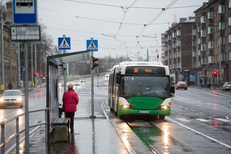 Bussi pidurdamise tõttu kukkusid kaks reisijat
