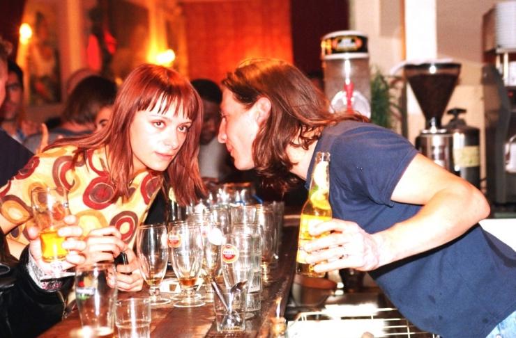 NÄIDISJOOJAD BAARI PALGAL: Tüdrukud rikuvad oma elu baaris kliente jooma õhutades