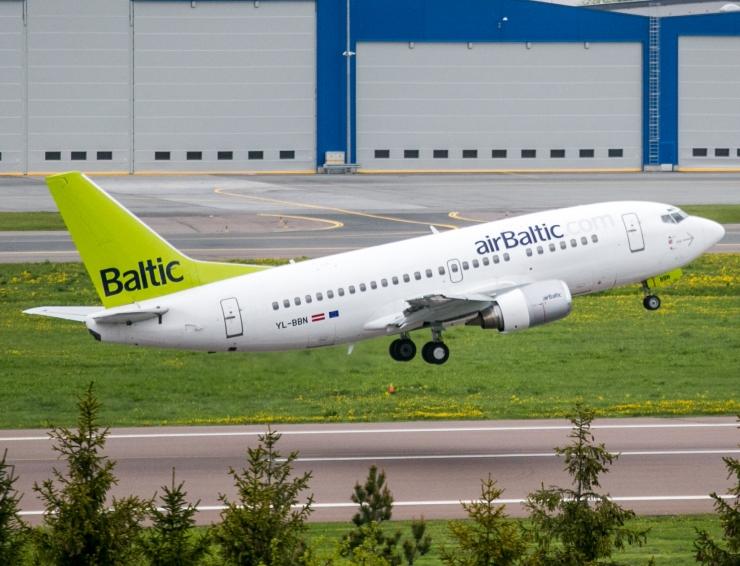 Air Balticu lennuk tegi Riias hädamaandumise
