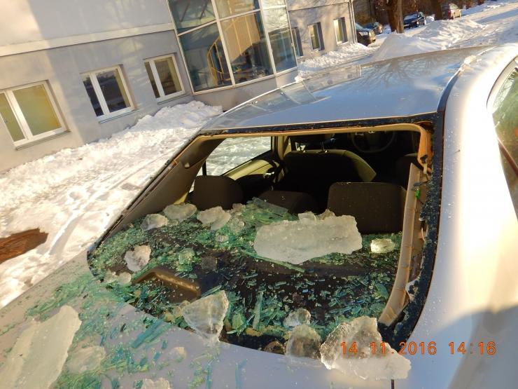 KARMID FOTOD: Katuselt kukkuv lumi lõhub autosid!