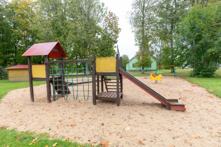 Pirita toetab oma piirkonna lastekodu kiikede ja liumägedega