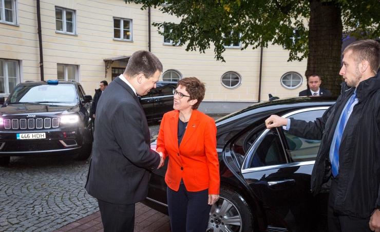 VAATA FOTOSID! Ratas arutas Kramp-Karrenbaueriga kaitsekoostööd ja kliimaküsimusi