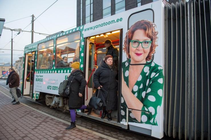 Tallinnas hakkas sõitma poliitik Yana Toomi pildiga tramm