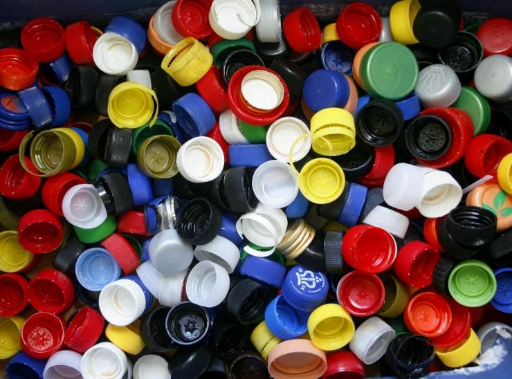 Viie aasta pärast peab plastpudeli kork jääma avamisel pudeli külge