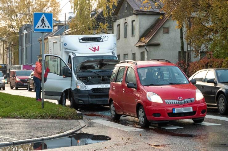 Ekspert selgitab: kohustuslik liikluskindlustus hüvitab ka ümbrusele tekkinud kahju