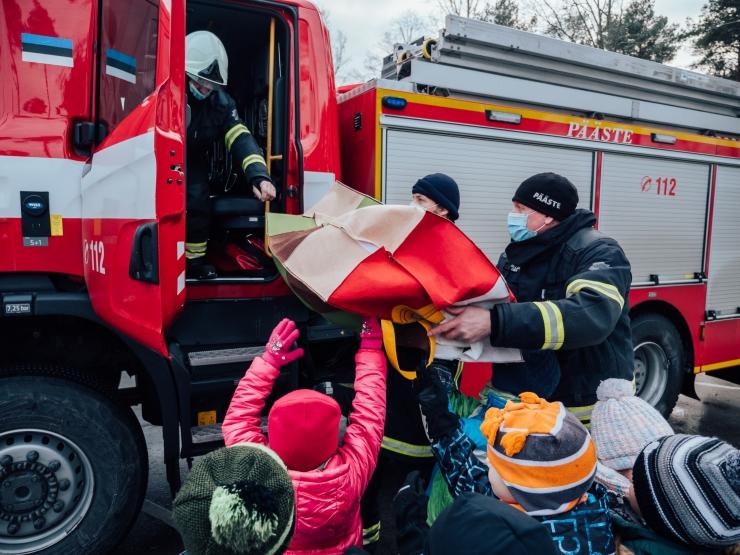 ARMSAD FOTOD! Muuga lasteaialapsed andsid päästjatele üle mänguloomad