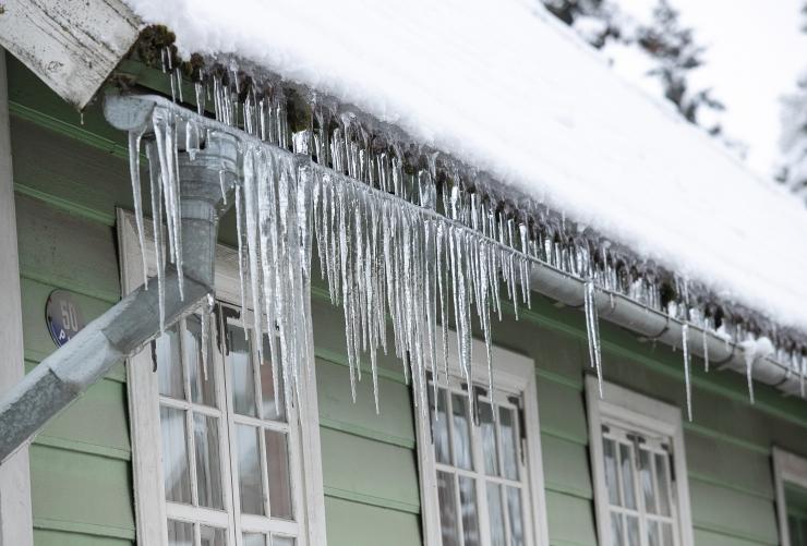 ETTEVAATUST! Katustele koguneb lund ja jääpurikaid