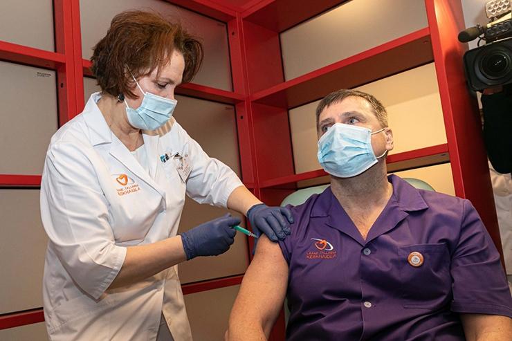 VIDEO! KOROONAVAKTSIINI JABURAIMAD MÜÜDID: Õed süstivad elavat viirust või panevad naha alla kiibi