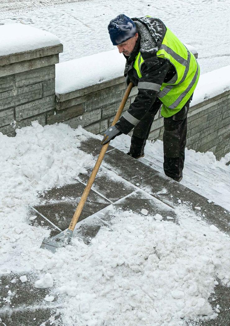 Elanikud säästavad kõnniteedelt ise lund lükates  15 miljonit aastas