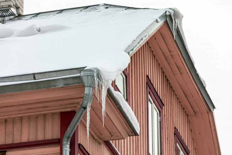 ENNETA ÕNNETUST: Hoonete katuseid tuleb regulaarselt jääst ja lumest puhastada