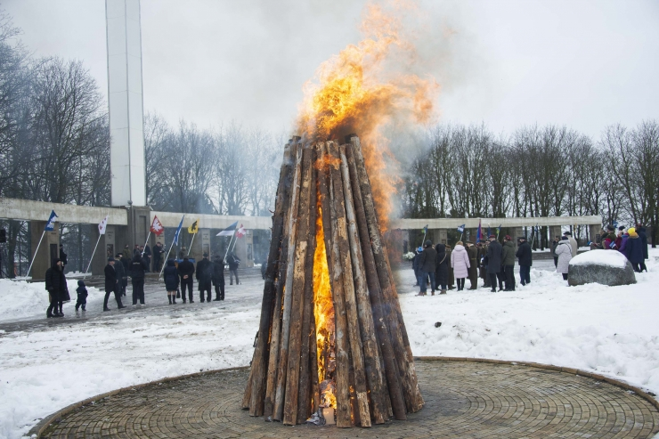 GALERII! Vabariigi aastapäeval süttis Jüriöö pargis vabaduslõke