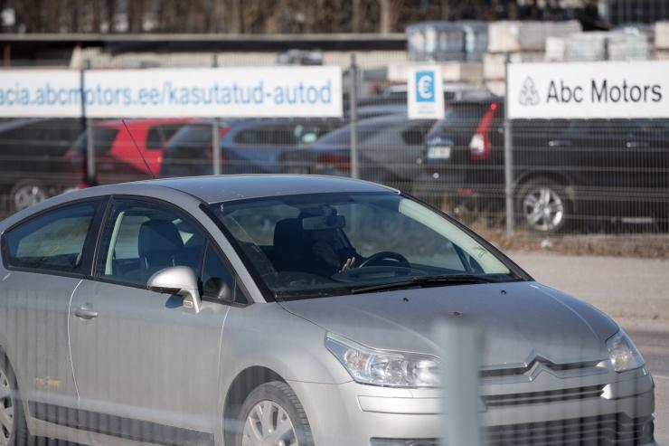 Uuring: paljud autojuhid ei suuda roolis olles telefonist loobuda